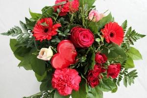 Červená svatební kytice