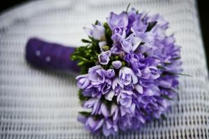 Fialová svatební kytice