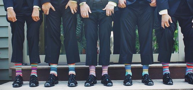 f0a8659cc Společenské boty a oživte barevnými ponožkami. Šaty na svatbu pro muže -  barevné ponožky