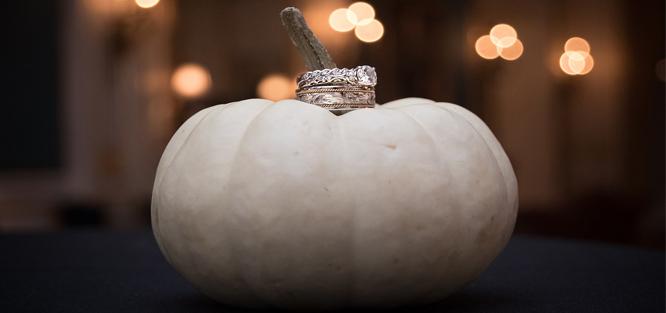 Dýně na svatbě - podložka pod snubní prsteny