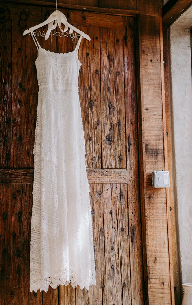 Bílé jednoduché svatební šaty s krajkou