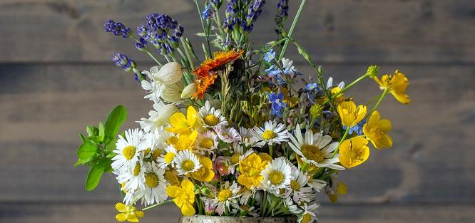 Péče o luční svatební kytice