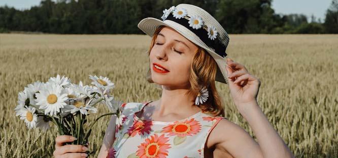 Netradiční svatební šaty – květinový motiv