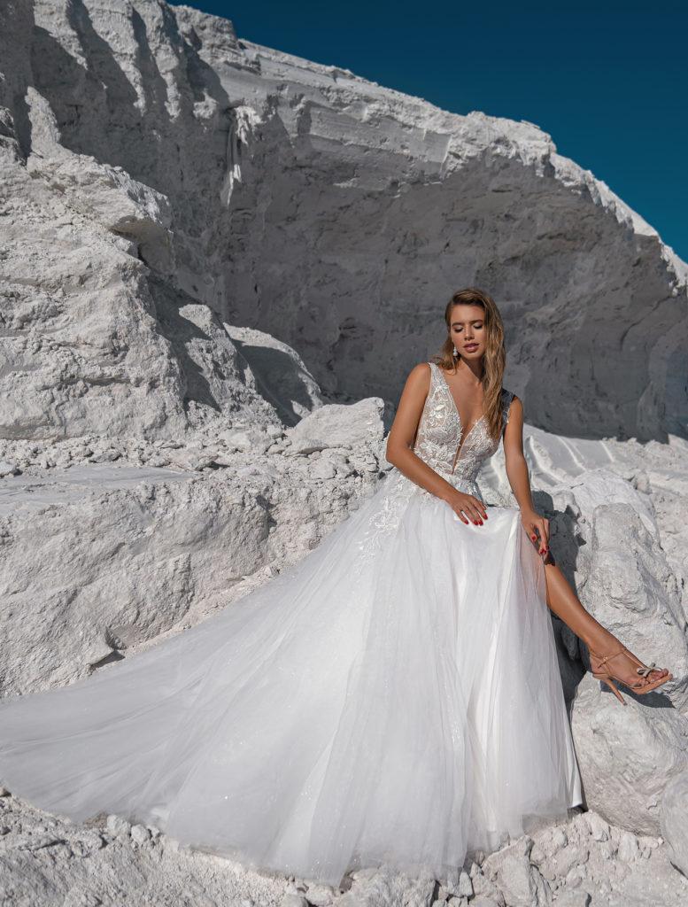 Svatební šaty 2022 trendy v krajkách a průstřizích