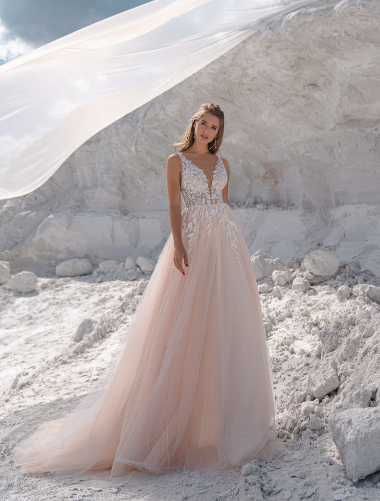 Svatební šaty 2022 trendy v barvách