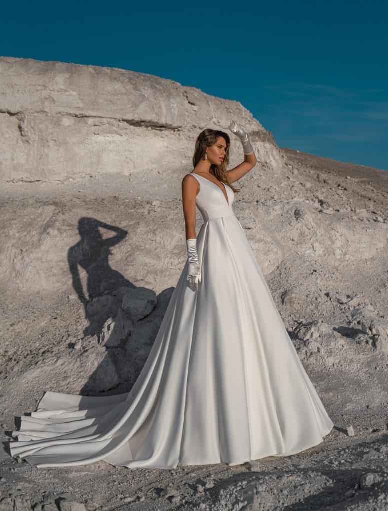 Svatební šaty 2022 trendy čisté linie a střídmá krása