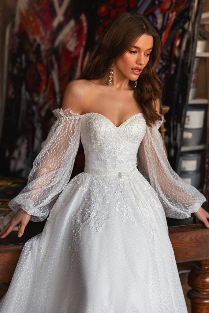Svatební šaty 2022 trendy rukávy a prostřihy